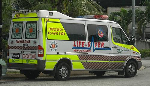 A Merano un'ambulanza passa sopra alla gamba del fantino da soccorrere